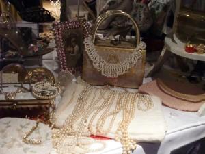 vintage-handbag-and-pearls